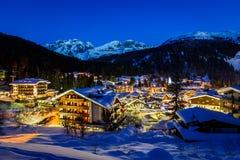 Φωτισμένο χιονοδρομικό κέντρο Madonna Di Campiglio το πρωί Στοκ Εικόνες