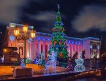 Φωτισμένο χριστουγεννιάτικο δέντρο στη πλατεία της πόλης Στοκ Εικόνες