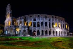 Φωτισμένο Colosseum στη Ρώμη τη νύχτα Στοκ φωτογραφία με δικαίωμα ελεύθερης χρήσης