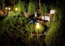 Φωτισμένο patio πηγών εγχώριων κήπων στοκ φωτογραφία με δικαίωμα ελεύθερης χρήσης