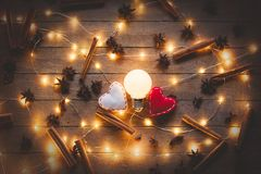 Φωτισμοί διακοπών και παιχνίδι μορφής καρδιών στοκ φωτογραφία με δικαίωμα ελεύθερης χρήσης