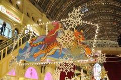 Φωτισμοί και διακοσμήσεις Χριστουγέννων κάτω από ένα ανώτατο όριο γυαλιού στοκ φωτογραφία με δικαίωμα ελεύθερης χρήσης
