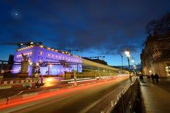 Φωτισμοί κυκλοφορίας και Χριστουγέννων νύχτας στοκ φωτογραφία με δικαίωμα ελεύθερης χρήσης