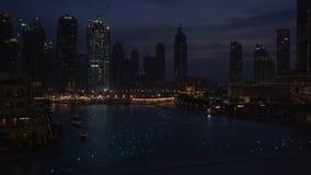 Φωτισμοί σε ένα βίντεο μήκους σε πόδηα αποθεμάτων λιμνών Burj Khalifa νύχτας στοκ εικόνες