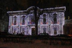 Φωτισμοί στην πρόσοψη του παλαιού κτηρίου στο κέντρο της Μόσχας κατά τη διάρκεια των νέων διακοπών έτους και Χριστουγέννων στοκ εικόνες