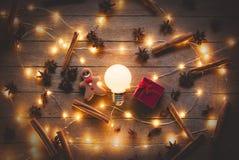 Φωτισμοί Χριστουγέννων και δώρα, μπισκότο στοκ εικόνα με δικαίωμα ελεύθερης χρήσης