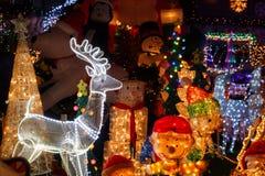 Φωτισμοί Χριστουγέννων μπροστά από ένα σπίτι στοκ φωτογραφία με δικαίωμα ελεύθερης χρήσης