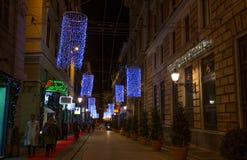 Φωτισμοί Χριστουγέννων στις οδούς του κέντρου της Γένοβας τή νύχτα, Ιταλία στοκ φωτογραφία
