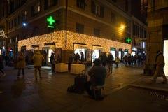 Φωτισμοί Χριστουγέννων στις οδούς του κέντρου της Γένοβας τή νύχτα, Ιταλία στοκ φωτογραφίες με δικαίωμα ελεύθερης χρήσης