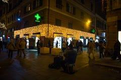 Φωτισμοί Χριστουγέννων στις οδούς του κέντρου της Γένοβας τή νύχτα, Ιταλία στοκ εικόνες με δικαίωμα ελεύθερης χρήσης