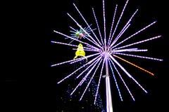 Φωτισμοί Χριστουγέννων στο χριστουγεννιάτικο δέντρο στοκ εικόνα με δικαίωμα ελεύθερης χρήσης