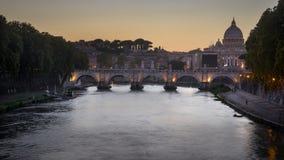 Φωτισμός βραδιού του ponte Sisteo και της βασιλικής του ST Peter ` s στη Ρώμη, Ιταλία Στοκ Εικόνες
