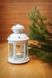 Φωτισμός κεριών σε έναν λευκό κάτοχο κεριών Στοκ φωτογραφίες με δικαίωμα ελεύθερης χρήσης