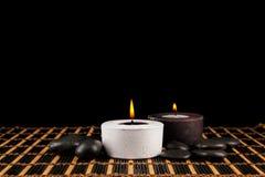 Φωτισμός κεριών στο σκοτεινό ελαφρύ υπόβαθρο, φωτισμός για τη SPA backg Στοκ Φωτογραφίες