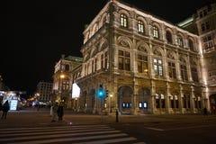 Φωτισμός νύχτας του λουκάνικου Staatsoper οικοδόμησης στοκ εικόνα με δικαίωμα ελεύθερης χρήσης