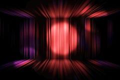 Φωτισμός σημείων στη ζωηρόχρωμη κουρτίνα στο σκηνικό θέατρο στοκ φωτογραφία