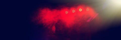 Φωτισμός σκηνών στη συναυλία νύχτας μιας ορχήστρας ροκ στοκ φωτογραφίες