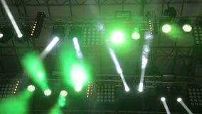Φωτισμός της μεγάλης σκηνής Ηλεκτρικοί φακοί στη διαφορετική κίνηση χρωμάτων στις διαφορετικές κατευθύνσεις Φως στις συναυλίες, d απόθεμα βίντεο