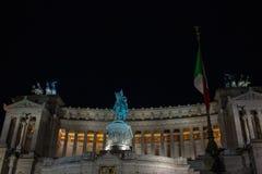 Φωτισμός του δέντρου της Ρώμης, στην πλατεία Venezia Τα φω'τα και οι κόκκινες και κίτρινες σφαίρες διακοσμούν το δέντρο στοκ φωτογραφία με δικαίωμα ελεύθερης χρήσης