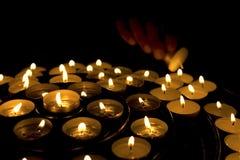φωτισμός χεριών κεριών Στοκ εικόνα με δικαίωμα ελεύθερης χρήσης