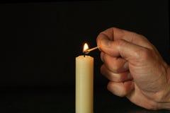 φωτισμός χεριών κεριών Στοκ Εικόνα