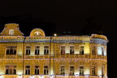 Φωτισμός Χριστουγέννων σε ένα κτήριο στη Μόσχα, Ρωσία Οι τοίχοι που διακοσμούνται όλοι με τις γιρλάντες Στοκ Εικόνες