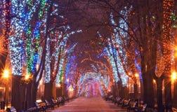 Φωτισμός Χριστουγέννων στη στο κέντρο της πόλης οδό Στοκ εικόνα με δικαίωμα ελεύθερης χρήσης