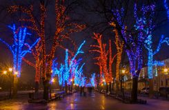 Φωτισμός Χριστουγέννων στη στο κέντρο της πόλης οδό Στοκ φωτογραφία με δικαίωμα ελεύθερης χρήσης