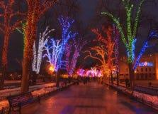 Φωτισμός Χριστουγέννων στη στο κέντρο της πόλης οδό Στοκ Φωτογραφία