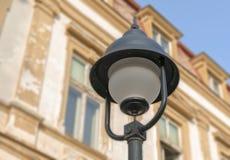 Φωτιστικό οδών με την οικοδόμηση του υποβάθρου στοκ εικόνα με δικαίωμα ελεύθερης χρήσης