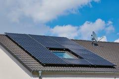 Φωτοβολταϊκές εγκαταστάσεις παραγωγής ενέργειας σε μια στέγη στοκ εικόνες