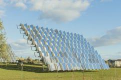 Φωτοβολταϊκό ηλιακό πλαίσιο σε έναν ηλιακό οπωρώνα στοκ φωτογραφία με δικαίωμα ελεύθερης χρήσης