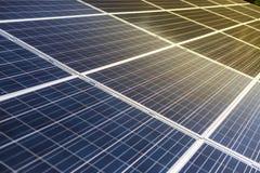 Φωτοβολταϊκή λεπτομέρεια και κινηματογράφηση σε πρώτο πλάνο επιτροπής ηλιακών κυττάρων Στοκ Εικόνες