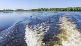 Φωτογράφιση από την πρύμνη του σκάφους Κύματα και ίχνη στο νερό Ποταμός ή λίμνη μια θερινή ημέρα μπλε ουρανός κόλπων μπλε cancun  Στοκ εικόνα με δικαίωμα ελεύθερης χρήσης