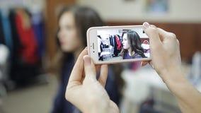 Φωτογράφιση της διαδικασίας της σύνθεσης στο σαλόνι ομορφιάς απόθεμα βίντεο
