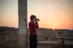 Φωτογράφιση των καταστροφών στο ηλιοβασίλεμα, αρχαιολογικό πάρκο της Πάφος, Cypru Στοκ Φωτογραφίες