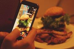 Φωτογράφιση των τροφίμων στο εστιατόριο στοκ εικόνες με δικαίωμα ελεύθερης χρήσης