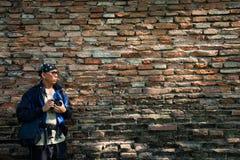 Φωτογράφος από την παλαιά σύσταση τοίχων τούβλων Στοκ εικόνες με δικαίωμα ελεύθερης χρήσης