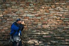 Φωτογράφος από την παλαιά σύσταση τοίχων τούβλων Στοκ Εικόνες