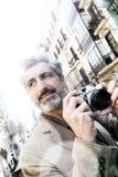 Φωτογράφος ατόμων που παίρνει τις φωτογραφίες στην πόλη Στοκ φωτογραφία με δικαίωμα ελεύθερης χρήσης