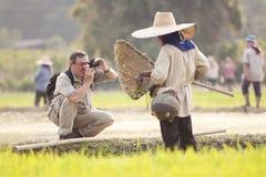 φωτογράφος ατόμων τοπίων που φωτογραφίζει το δάσος ποταμών στοκ φωτογραφίες