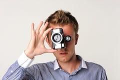 φωτογράφος εκμετάλλευσης φωτογραφικών μηχανών στοκ εικόνες