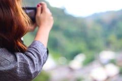 Φωτογράφος θαμπάδων, σκηνή φύσης βουνών τοπίων στοκ εικόνες