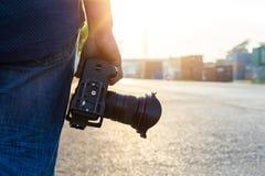 φωτογράφος, κάμερα λαβής χεριών στοκ εικόνες
