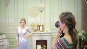 Φωτογράφος και πρότυπο μόδας που λειτουργούν από κοινού απόθεμα βίντεο