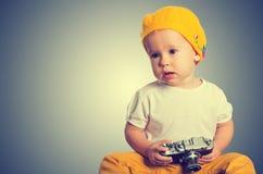 Φωτογράφος κοριτσάκι με την αναδρομική κάμερα Στοκ Εικόνες