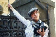 Φωτογράφος κοριτσιών με μια παλαιά κάμερα στα χέρια του Στοκ Εικόνες