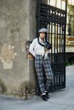 Φωτογράφος κοριτσιών με μια παλαιά κάμερα στα χέρια του Στοκ φωτογραφία με δικαίωμα ελεύθερης χρήσης