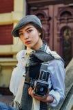 Φωτογράφος κοριτσιών με μια παλαιά κάμερα στα χέρια του Στοκ εικόνα με δικαίωμα ελεύθερης χρήσης