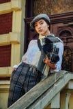 Φωτογράφος κοριτσιών με μια παλαιά κάμερα στα χέρια του Στοκ φωτογραφίες με δικαίωμα ελεύθερης χρήσης